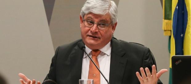 Rodrigo Janot abre mão de caso do senador Eunício de Oliveira