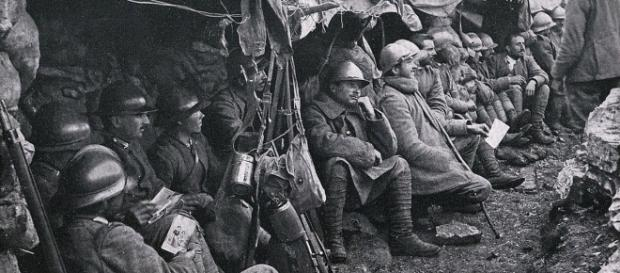 Soldati in trincea durante una pausa dagli scontri