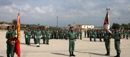 El coroenel jefe del nuevo regimiento observa el estandarte recién recibido.