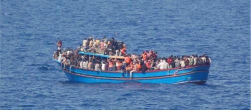 Migranti su un barcone nel Canale di Sicilia