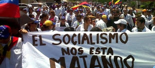 """""""Der Sozialismus tötet uns"""", steht auf dem Spruchband."""