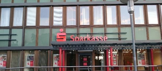 Nur hier war man ehrlich: Sparkasse an der Mehrower Allee in Berlin / Foto: Anna S.