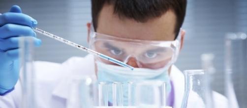 Biomédico trabalhando em laboratório