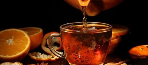 Il calore del sapore di un bicchiere di buon umore e salute: elisir di aracia, limone e rum