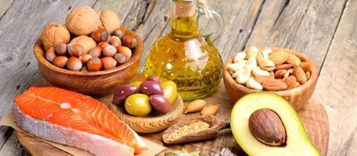 Una dieta sana con una percentuale ottimale di grassi saturi-insaturi regola i livelli di colesterolo.