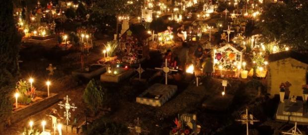 Cemitério enfeitado para o Dia de los Muertos no México.
