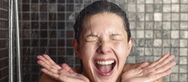 Deve-se evitar lavar o rosto durante o banho