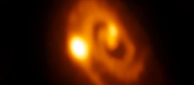Observatório ALMA flagra formação de sistema estelar múltiplo. Crédito da imagem: ALMA (ESO/NAOJ/NRAO)/University of Oklahoma/Leiden University