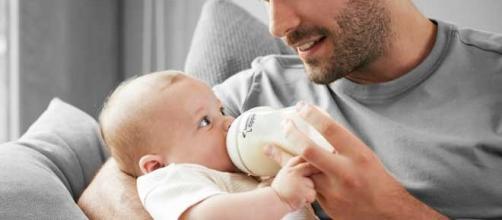 I padri di oggi si occupano dei figli anche per le attività di routine come la pappa e la cura della persona