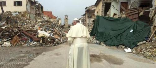 """""""Silent prayer"""", il papa davanti alle rovine di Amatrice"""