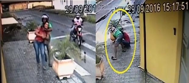 Na imagem é possível ver o momento que a mulher é agredida pelo bandido