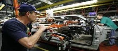 Cresce, e di molto, la produzione industriale su base annua
