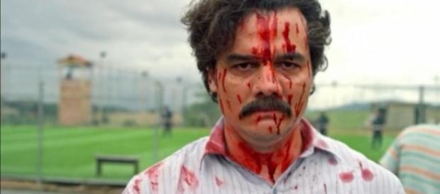 Pablo aus der Serie Narcos vor seinem selbst errichteten Gefängnis mit Fußballplatz. Foto: ©cdn.idigitaltimes