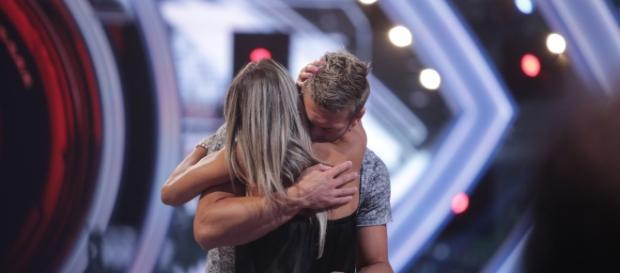 Grande Fratello Vip, Clemente Russo abbraccia la moglie dopo l'eliminazione