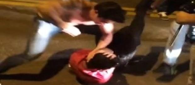 Na foto é possível ver o rapaz sendo agredido enquanto os outros envolvidos filmam a cena