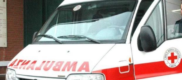 Tragico suicidio in Calabria, donna si lancia dal terzo piano
