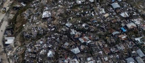 Las imágenes aéreas muestran muchos hogares aplanadas en un pueblo en el sur de Haití