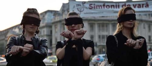 Un momento della manifestazione che ha visto le donne polacche vestirsi di nero per sostenere il diritto alla libertà di scelta in merito all'aborto