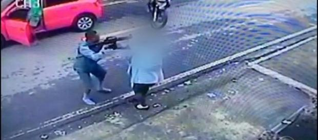 As imagens feitas por câmeras de segurança mostram o momento em que o assaltante aborda uma professora no período da tarde.