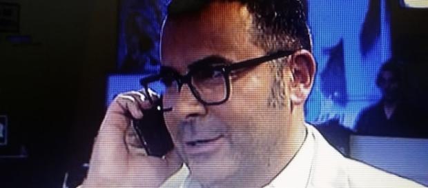 Jorge Javier atendiendo una llamada en directo