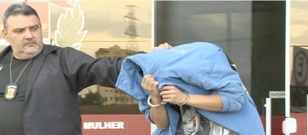 Na foto, o jogador aparece sendo levado pela Polícia Civil que investiga o caso de tentativa de homicídio