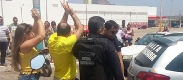 Traficante Bira sendo aplaudido pelo povo.