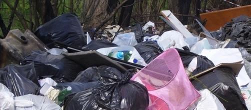 Cumolo di rifiuti contenente organico ma, ben visibili, anche plastica e materiali ferrosi