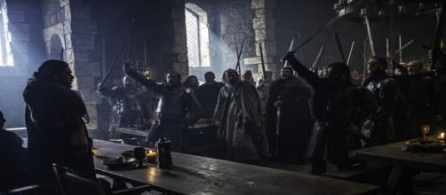 Momento en el que Jon Nieve es coronado como Rey en el Norte.