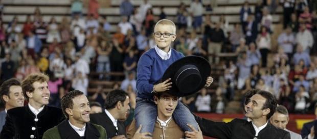 El pequeño Adrián (8 años), enfermo de cáncer de huesos, en la plaza de toros de Valencia