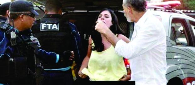Mulher irritada fica sem roupa para provocar policiais