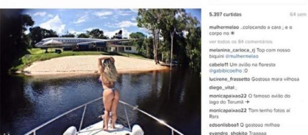 """""""Mulher Melão"""" se exibe de biquíni numa foto feita na proa da embarcação Pérola Negra."""