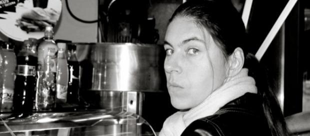 Photo en noir et blanc d'une femme qui ne sourit pas.
