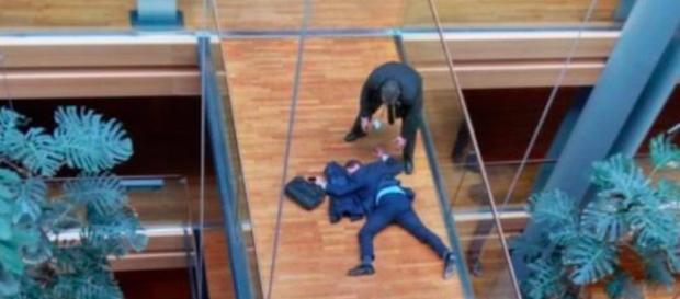 Woolfe, l'eurodeputato svenuto poco dopo l'aggressione.