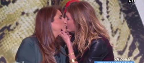 Valérie Benaïm et Caroline Ithurbide s'embrassent dans #TPMP (C8, H2O)