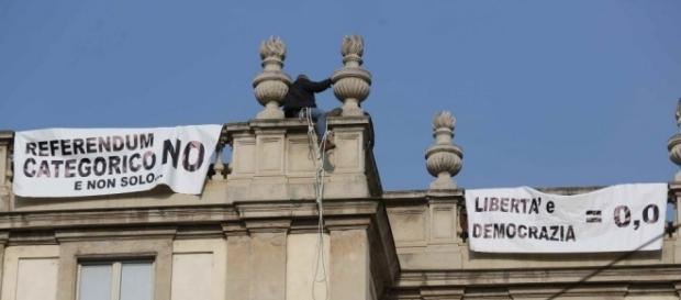 """Martin Advinski, 50 anni, espone gli striscioni sul tetto del Teatro alla Scala a Milano (foto """"La Repubblica"""")"""