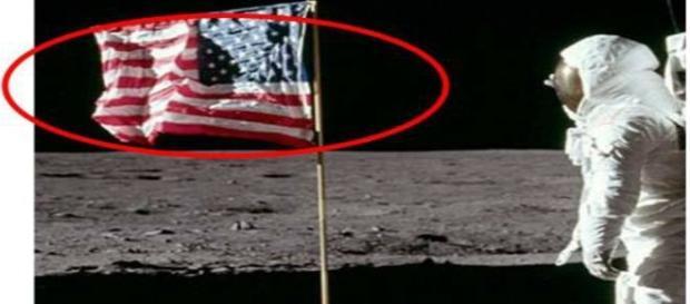 Não há vento na lua. Porque a bandeira da Apollo está tremulando?