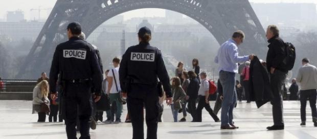 Parigi, due agenti aggrediti con molotov: gravissimi