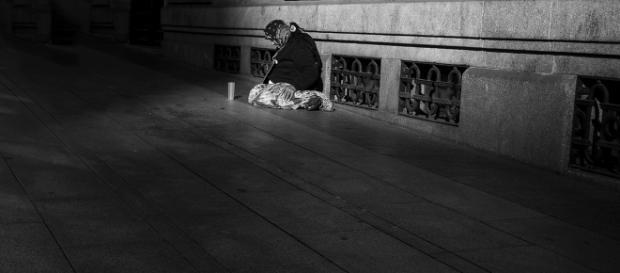 Señora pidiendo en las calles de Madrid. Foto por Cristina Crespo.