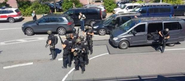 Spari in un cinema in Germania, ucciso l'aggressore. Esclusa l ... - lastampa.it