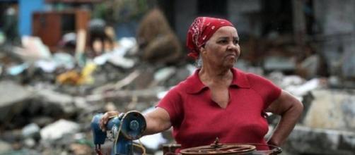 una donna cubana dopo la devastazione dell'uragano