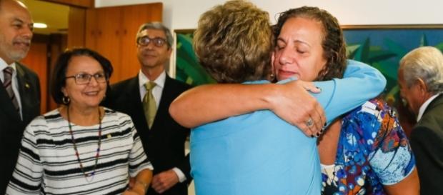 Jandira Feghali e Dilma Rousseff se abraçam (Foto: Roberto Stuckert)