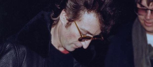 John Lennon autografou o álbum de seu assassino horas antes da tragédia