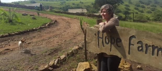 Rae Wartnaby der am Eingang zur Hope-Farm