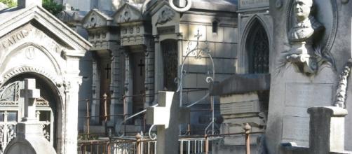 Le Père Lachaise, lieu de recueillement pas seulement à la Toussaint whatsfreeinparis.com