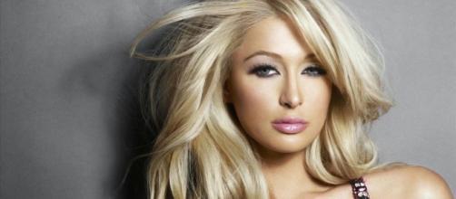 Paris Hilton anda longe dos holofotes mas ainda continua brilhando.