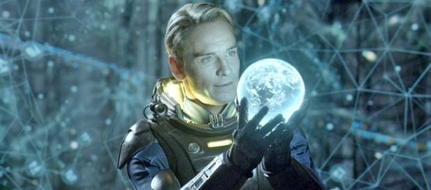 Michael Fassbender terá dois papéis no novo filme da franquia de Alien.
