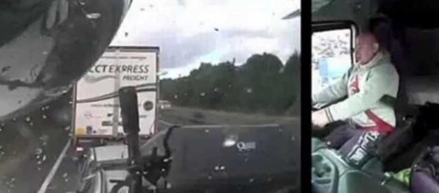 Motorista de caminhão perde o controle do veículo após se distrair ao celular, e mata quatro pessoas em acidente.
