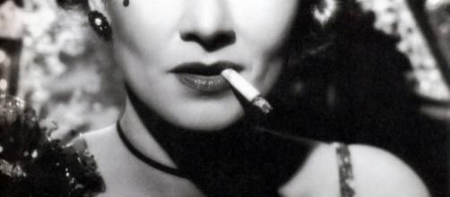 Marlene Dietrich fumando un cigarro