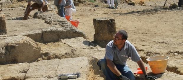Archeologi a lavoro per rinvenire l'antico Teatro di Agrigento