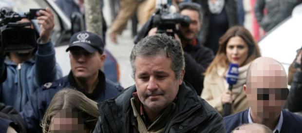 Pedro João Dias entrega-se às autoridades na presença de 3 advogados e perante as câmaras da RTP.